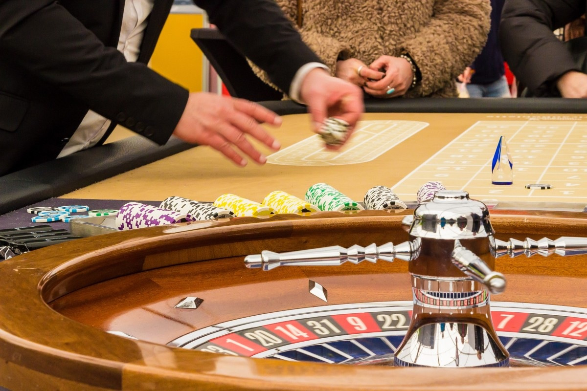 Play your favorite casino games by choosing the online casinos only